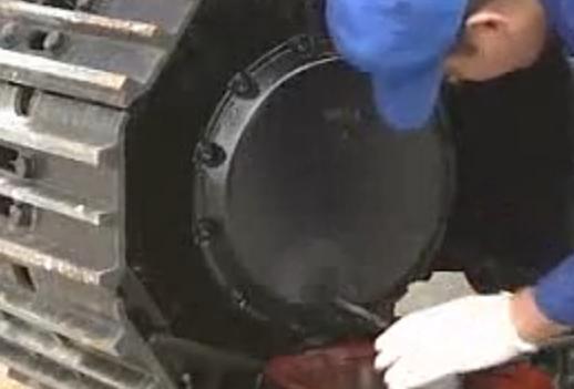 卡特挖掘机行走减速器齿轮油更换