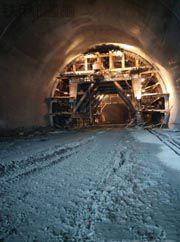 现代215挖掘机隧道作业的过程